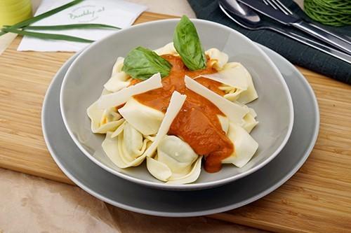 Spinat-Ricotta Tortelloni in Tomaten-Basilikum Sauce