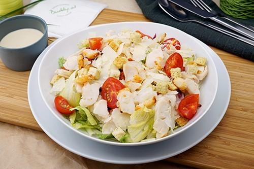 Caesar Salat mit gegrillten Hühnerbruststreifen