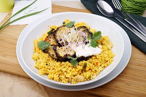 Gemüse Cous Cous mit geschmorten Melanzani & griechischem Joghurt