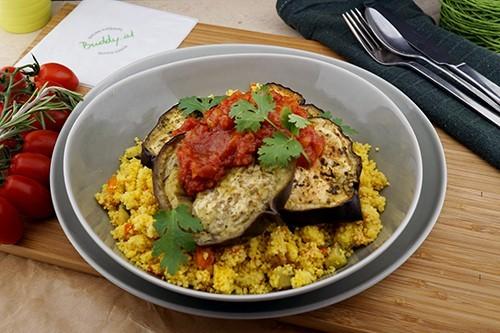 Veganer Cous Cous mit geschmorten Melanzani & Tomaten Relish