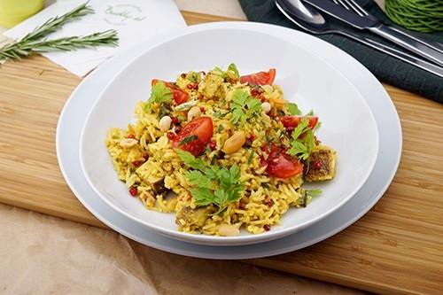 Vegan gebratener Reis mit Erdnüssen, Gemüse & Räuchertofu