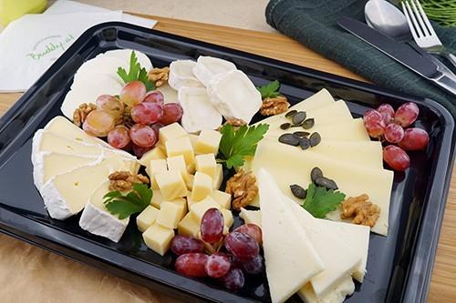 Ausgewählte Käseplatte mit Trauben