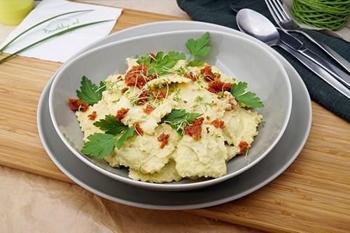 Rucola Ravioli in Pesto-Obersauce & getrockneten Tomaten