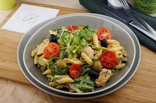 Mediterraner Nudelsalat mit Huhn & Gemüse