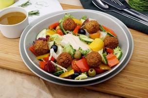 Salat mit Falafel, Tomaten & Gurken