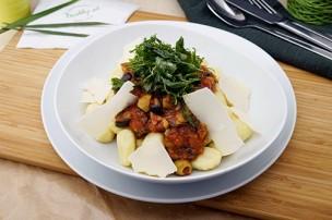 Gnocchi mit Paradeiser-Olivenragout & Rucola