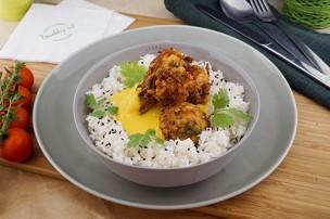 Vegane Gemüse Pakoras in Currysauce mit Jasminreis