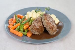 Butterschnitzel vom Kalb mit Erdäpfelpüree, Karotten & grünem Spargel