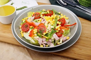 Blattsalat mit Mais, Wurst & Käse