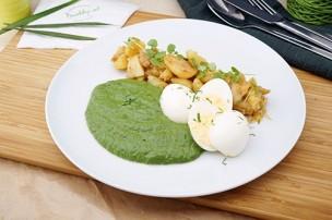 Cremespinat mit Erdäpfelschmarrn & gekochtem Ei