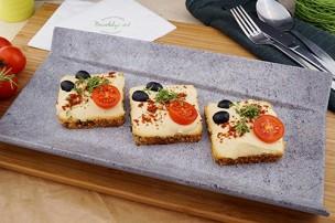 Hummus mit Oliven und Tomaten