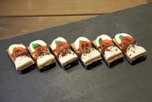 Mozzarella mit Tomaten-Olivenaufstrich