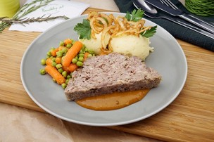 Faschierter Braten mit Erdäpfelpüree, Karotten-Erbsengemüse & Röstzwiebel