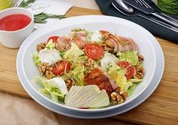 Salat mit Ziegenkäse im Speckmantel & Nüssen, Himbeervinaigrette