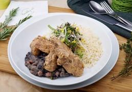Karibische Hühnerbrust mit schwarzen Bohnen und Reis