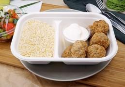Gegrillte Lammbällchen mit Joghurt, Reis & griechischem Salat