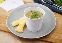 Englische Zwiebelsuppe mit Käse-Salbeistangerl
