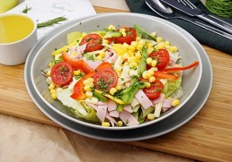 Blattsalat mit Wurst & Käse & Mais