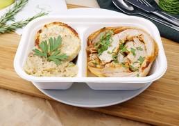 Spanferkelroller mit Sauerkraut und Serviettenknödel