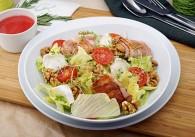 Salat mit Ziegenkäse im Speckmantel, Walnüssen & Himbeerdressing