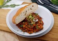 Veganes Chili mit Fladenbrot