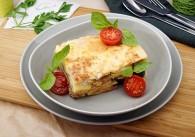 Moussaka mit Rindfleisch und Käse überbacken