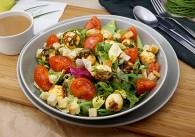 Rucolasalat mit mariniertem Mozzarella, Kirschtomaten und Balsamicovinaigrette