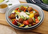 Salat mit Falafel, Tomaten, Gurken & Cashew Cheese