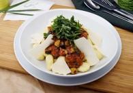 Gnocchi mit Paradeiser-Olivenragout & Basilikum