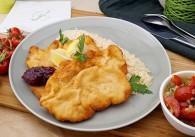 Gebackene Hühnerbrust mit Reis, Preiselbeeren und Tomatensalat