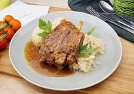 Kleines Schweinshaxerl mit Sauerkraut & Semmelknödel