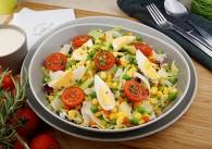 Vegetarischer Salat mit Mais, Paprika & Joghurtdressing