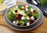 Hirtensalat mit Oliven & Hummus