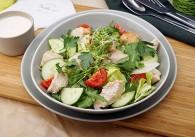 Blattsalat mit gegrillter Putenbrust & Joghurtdressing