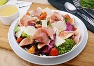 Blattsalat mit Feigen und Prosciutto