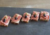 Feine Salami mit Olive Schwarzbrotstreifen