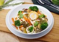 Udon Nudeln in Chilimarinade mit Gemüse und gebackenem Ei
