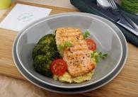 Gegrilltes Lachssteak mit Brokkoli und cremigen Perlgraupen
